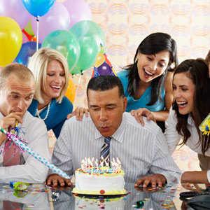 Tips para organizar la mejor fiesta de cumplea os en la for Fiesta en la oficina
